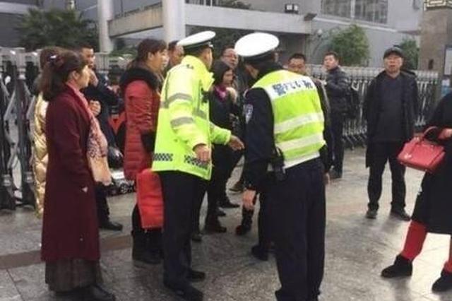 南京江宁一孕妇上班路上晕倒 市容队员仗义相助