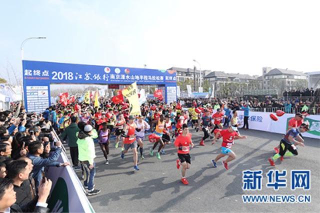 万名跑友在溧马最美赛道共同开跑。席航飞 摄