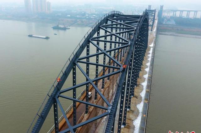 首块索塔钢壳昨天吊装完成 南京长江五桥进入水上施工阶段