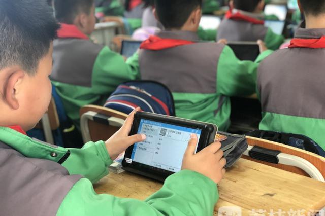 南京12所学校试用网络智慧教学 学生读书随时打分