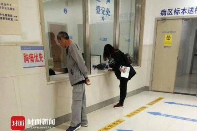 """张家港医院现""""弯腰屈膝""""窗口:怕患者坐着不走"""
