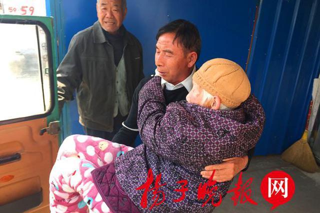 """97岁老母亲不慎骨折 花甲孝子每天把她""""绑""""在车上带出兜风"""