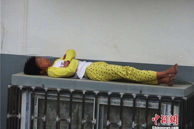 惊险!熊孩子赖床被训斥后翻窗睡外面