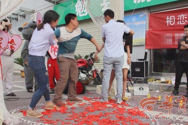 男子当街跪地求婚成功 一瞬间剧情却反转了