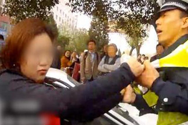 驾车女子未礼让行人受处罚 微信圈辱骂民警泄愤被拘留