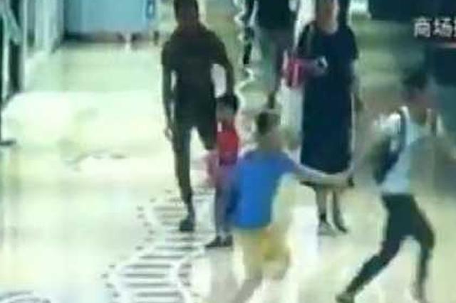 猖狂 男子当着母亲面将12岁少女拖进消防通道猥亵