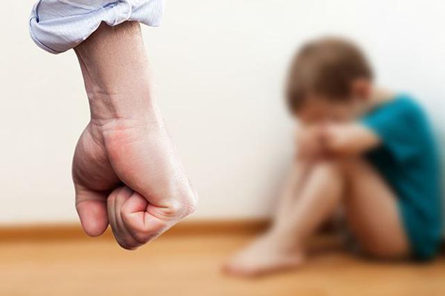 男子心情烦闷竟当街踩幼童 殴打志愿者