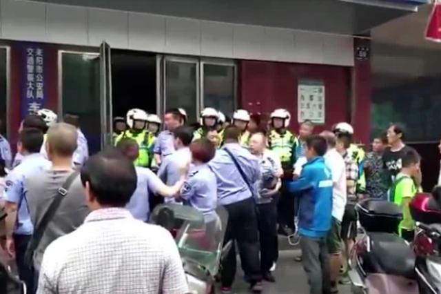 交警与执法人员持盾牌大吼对峙:2人被停职