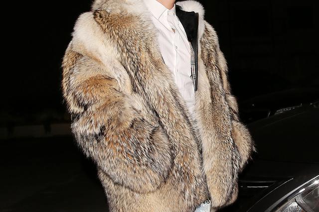 为让妻子穿上貂皮大衣 男子趁店员不备抱衣就跑