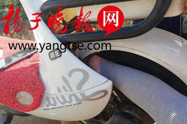 小女孩坐电瓶车脚被卡 句容四村民伸援手救助