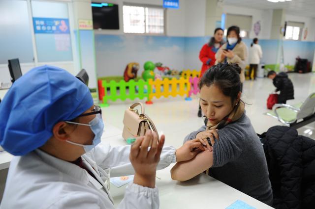 """部分宫颈癌疫苗为何""""一苗难求""""?不少人跨国接种"""