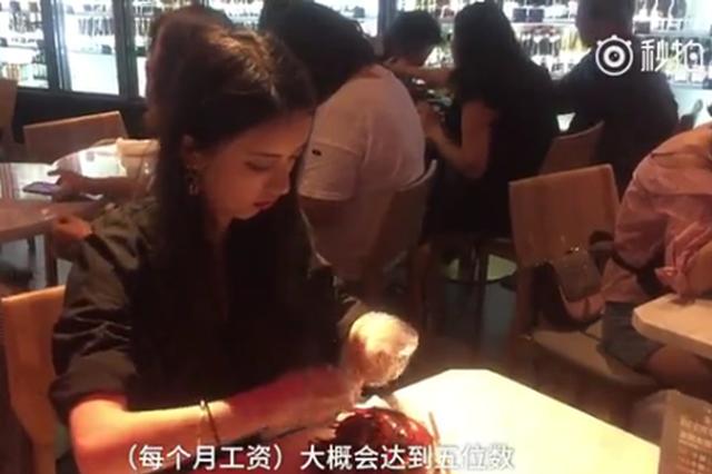 餐厅美女代剥小龙虾服务引质疑 店家:剥虾员男女都有