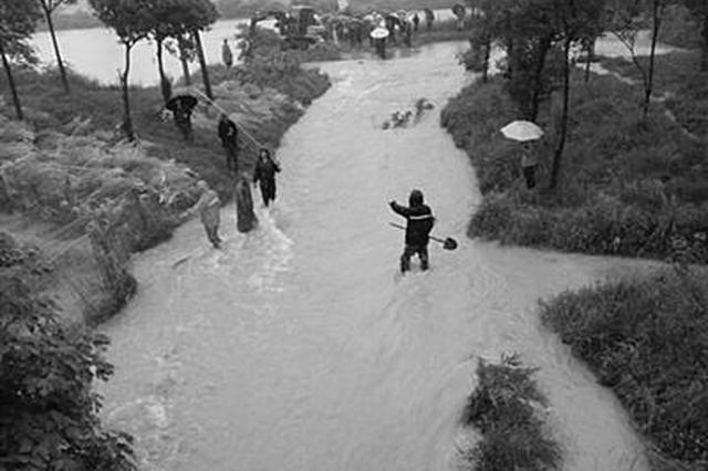 村组长排雨水坠入涵洞 警民联手救起已不幸身亡
