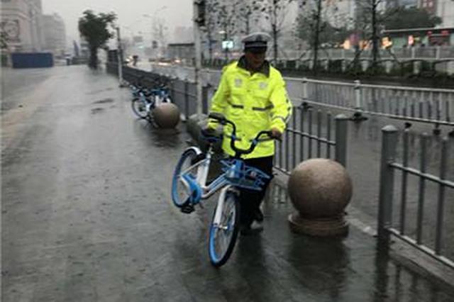 百余共享单车肆意停放 堵住火车站出租车接客通道