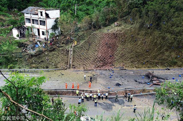 沪蓉高速危化品货车自燃爆炸 车辆碎片如雨点般散落