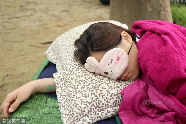 奇葩比赛:首尔森林8500人躺地比赛睡觉