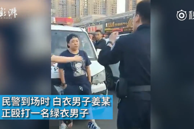 教科书式执法:男女辱骂袭警被当街制服