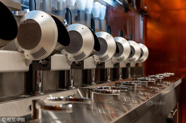 美国机器人餐厅走红 3分钟出餐