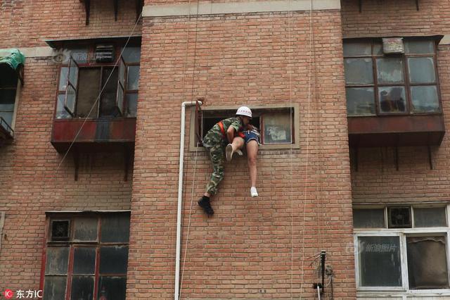 花季少女要跳楼轻生 警察消防联手救下她