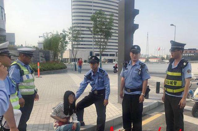 苏州一女子路边突然挥刀自残 辅警与城管第一时间施救
