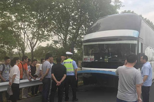 轿车司机恍惚高速追尾大客车 40多名归乡过节乘客被驳载