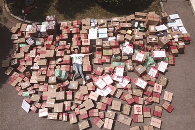 南京大二女生成最幸运的人 转发微博独中618个包裹