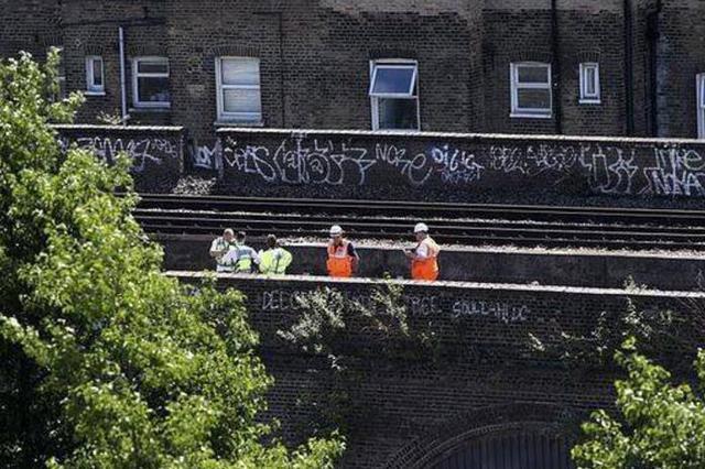 3名男子铁轨上涂鸦 遭火车碾压身亡