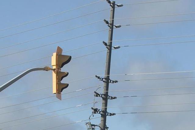 江苏东海:电杆上爬出草根发明家 手握38项国家专利