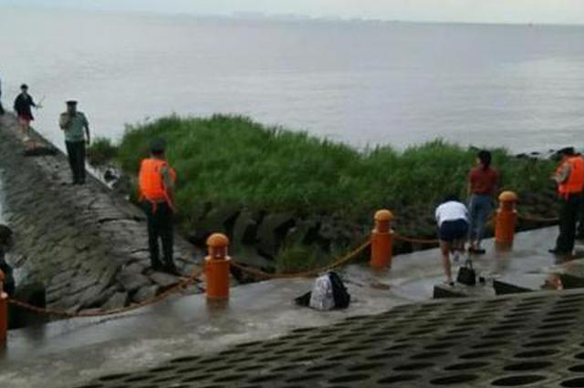 女生高考后去见32岁男网友 江堤上嬉戏落水至今未捞出