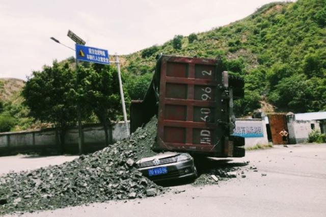 攀枝花一大货车侧翻 6人抢救无效不幸身亡