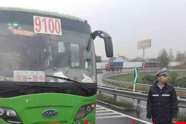 惊险!传动轴突然掉落 大客车抛锚高速堵车几公里