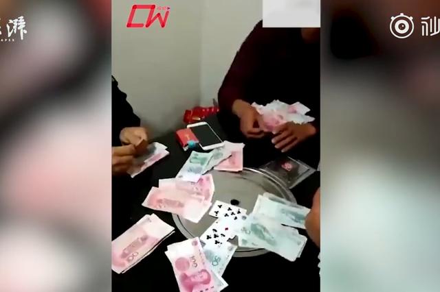 城管身着制服聚赌还晒图:桌面堆满现金