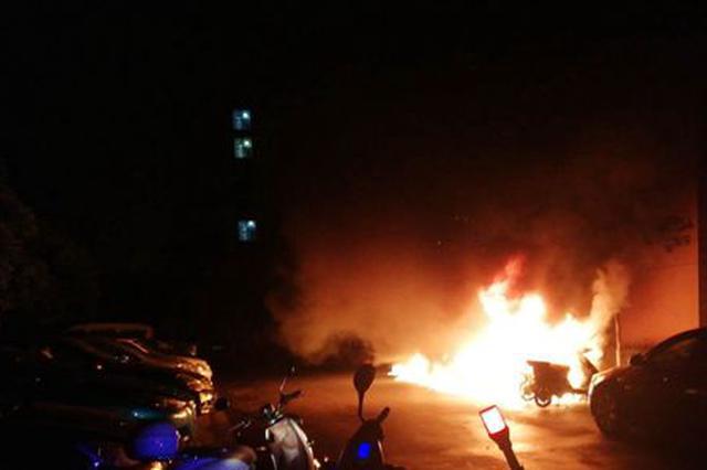 8日凌晨苏州相城一小区发生火情 24辆电动车被烧