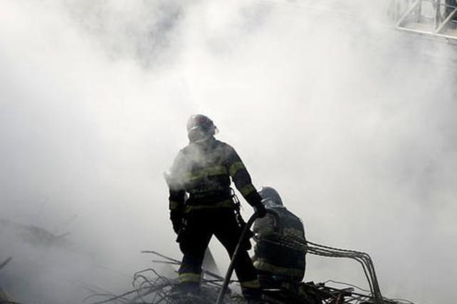 南京江北一住户家中失火 大火封门致13岁男孩身亡