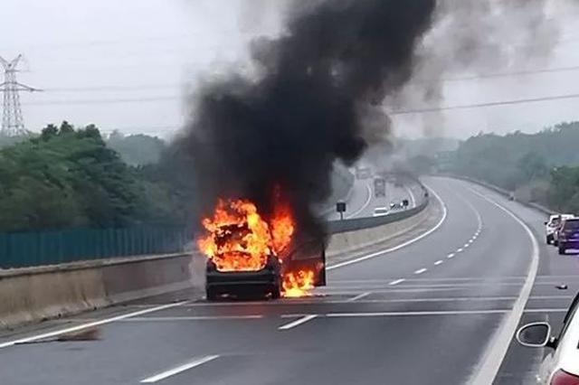 """货车自燃 3名路过公交司机秒变""""消防员"""""""