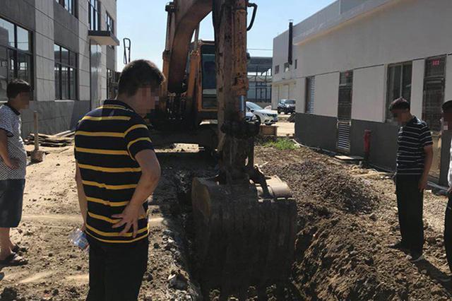 江苏一工业园被曝偷埋化工废料 污染土壤测出强碱性
