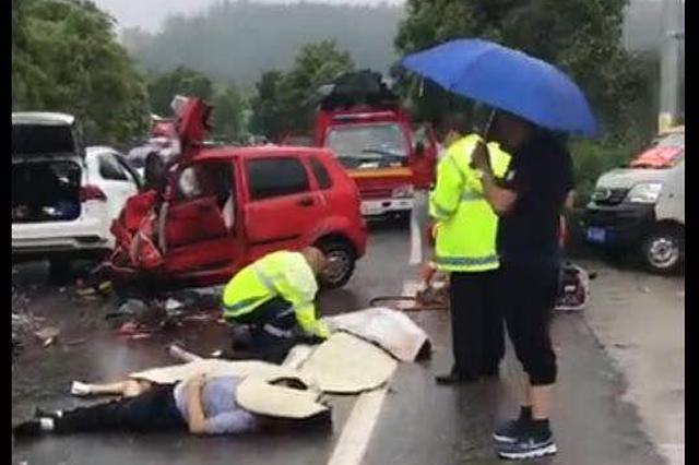 撞死4人赔不起 车主网上众筹丧葬费
