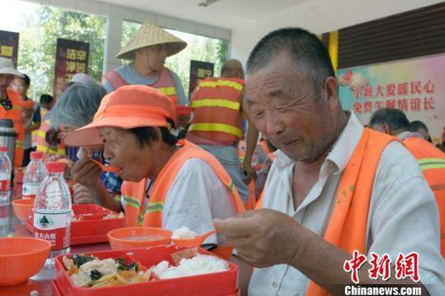 曾受质疑在作秀 江苏睢宁环卫工免费午餐已满周年
