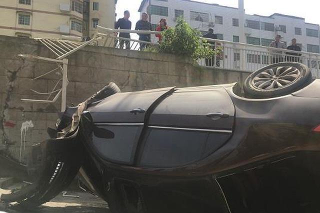 女司机贴着面膜开车 结果拐弯撞了护栏