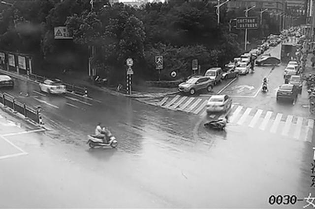 小轿车未碰到电动车 骑手摔倒为何司机要承担主责?