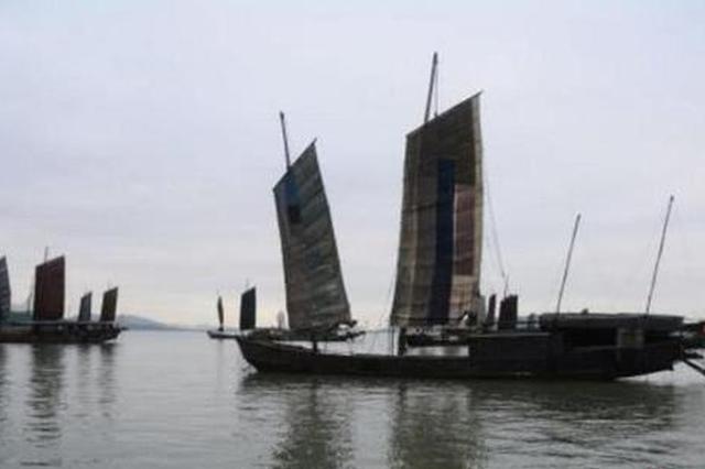 苏州光福镇太湖渔港村太湖岸边,一艘艘渔船沐浴着朝阳驶向湖心。 周古凯 摄