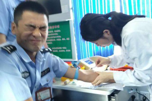警察献血疼成表情包走红 网友:谁还不是个宝宝呢