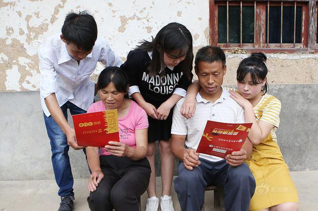 低保户家庭考上3个大学生 其中两个是龙凤胎