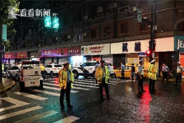 商铺招牌脱落砸中9名过路群众 3人死亡6人受伤