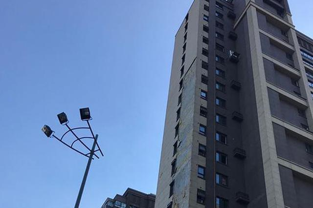 南京一楼盘被台风刮落100多平方米外墙 交付不到1年