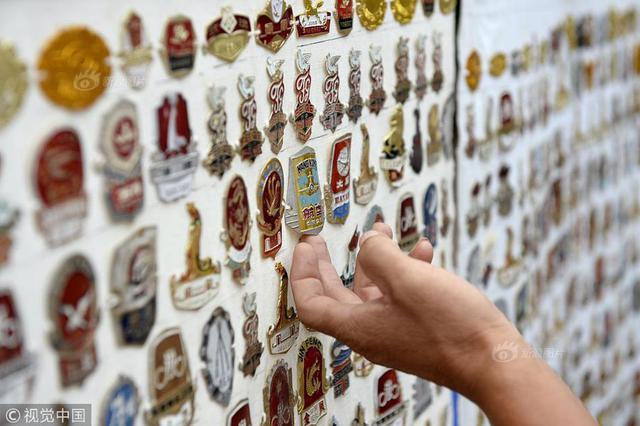"""退休工人收藏1300余枚标牌 见证""""自行车王国""""发展历程"""