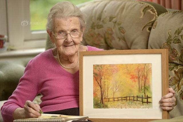 """用""""心""""作画!95岁盲眼老人黑暗中描绘多彩世界"""