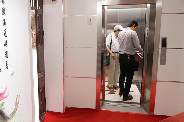业主被困电梯1个多小时 家人求助物业竟称不可能?