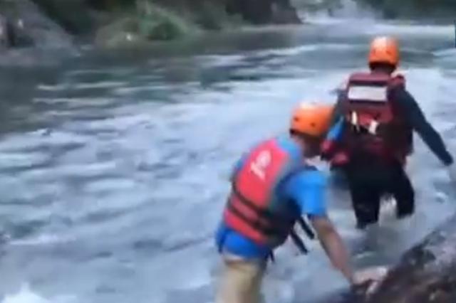 消防战士陪父母度假 激流中救三路人耗尽力气溺亡
