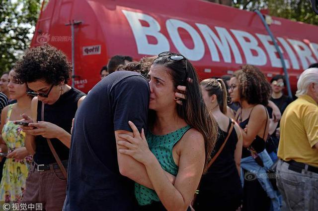 巴西国家博物馆烧成空架 工作人员悲伤难忍掩面哭泣